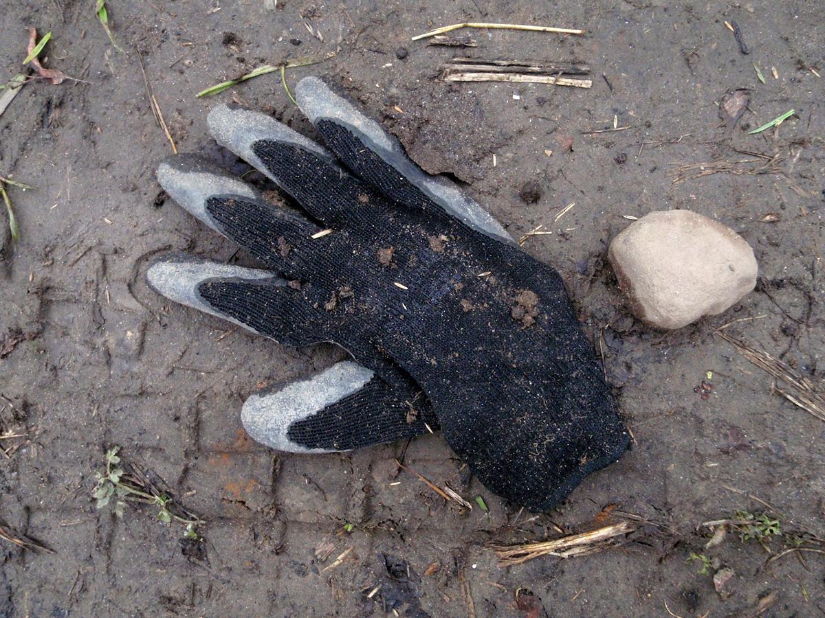 czarnaGlove-z-kamieniem-na-szaniec