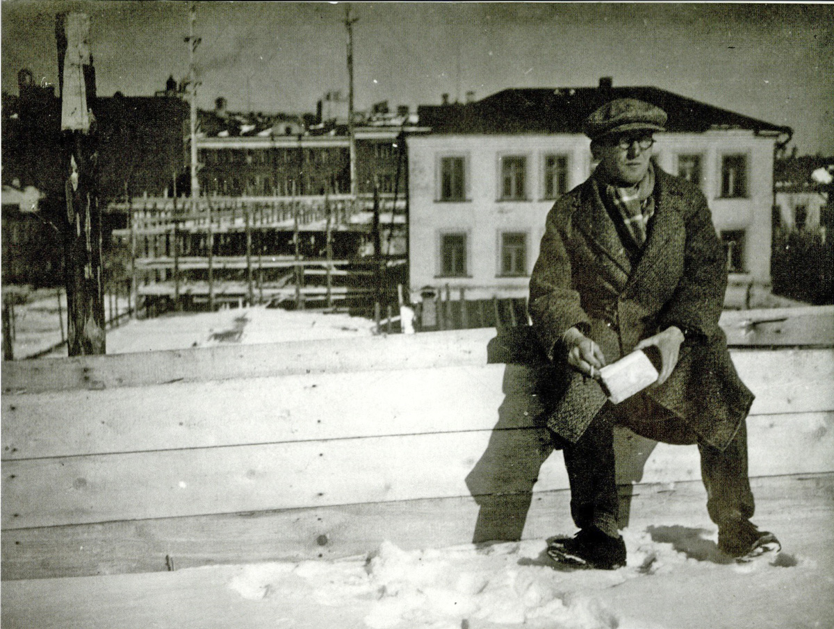 le-corbusier-sitting-in-front-of-the-construction-site-for-the-tsentrosoiuz-building-in-moscow-march-1931